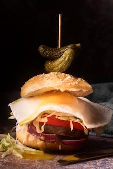 Вкусный гамбургер с жареным яйцом крупным планом