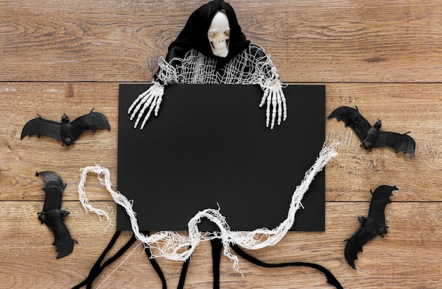 Вид сверху страшного хеллоуинского костюма с летучими мышами