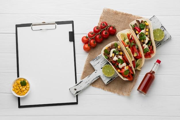 Вид сверху тортилья со свежим мясом и овощами