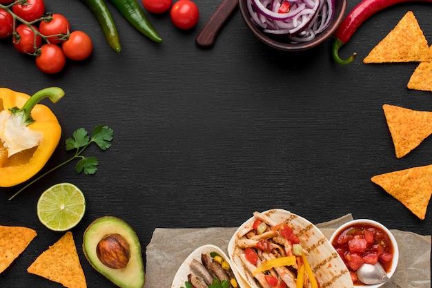 トップビューナチョスと新鮮なメキシコ料理