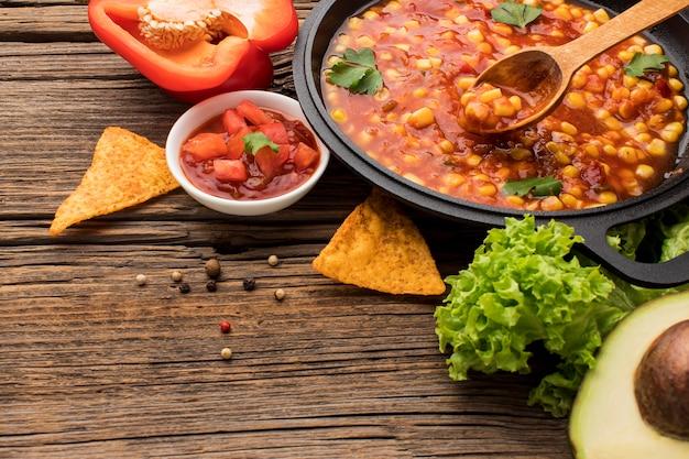 テーブルにディップと新鮮なメキシコ料理