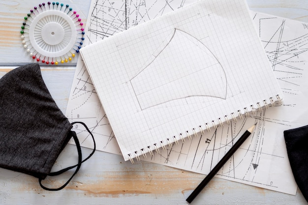 フェイスマスクデザインのノートブックのトップビュー