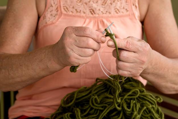 かぎ針編みを使用して女性の正面図