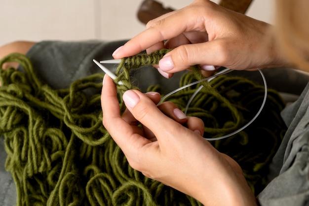 かぎ針編みを使う女性のハイアングル