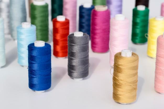 Большой угол разноцветных ниток в рулонах