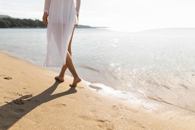ビーチを散歩している女性
