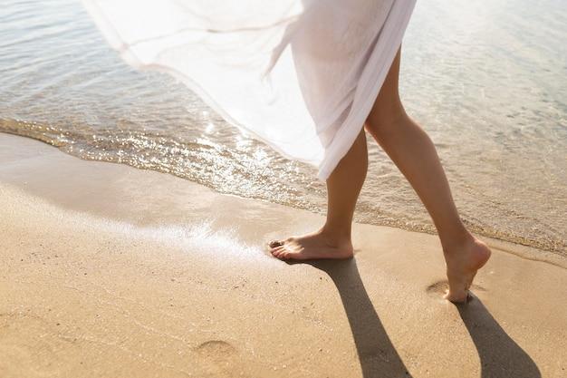 ビーチで砂を楽しむ女性