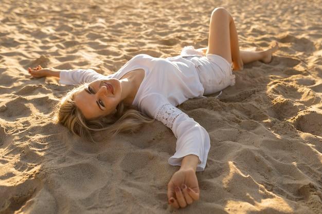 ビーチでリラックスした女性のハイアングル