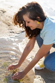 自然の中できれいな水を楽しむ女性の側面図