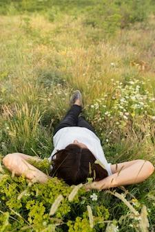 自然の中で草の上でリラックスした女性