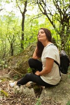 自然の木の中でポーズをとる女性