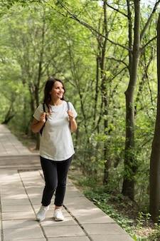 自然の中を歩く女性