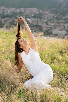 自然の中で草でポーズ女性
