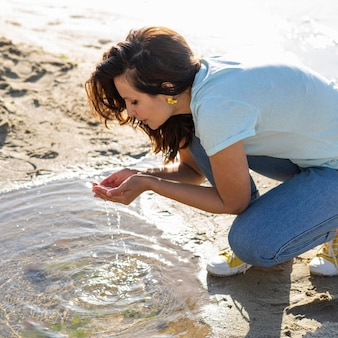 屋外できれいな水を見つける女性
