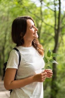 自然の中でポーズをとる女性の側面図