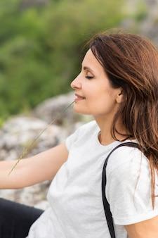 自然の中で女性の側面図
