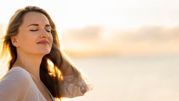 ビーチでポーズの女性の側面図