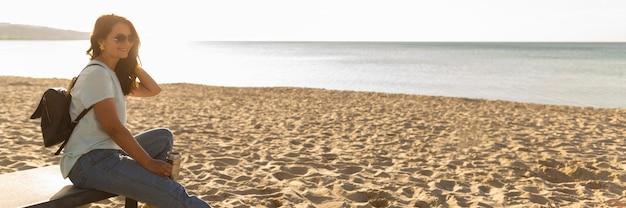 ビーチで女性の側面図