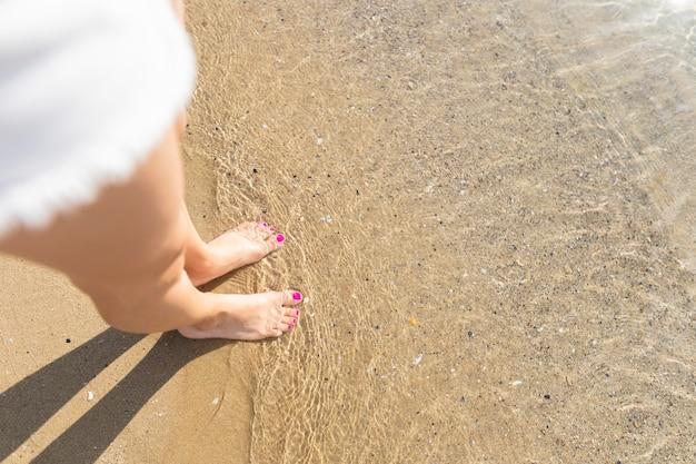 ビーチで女性のハイアングル