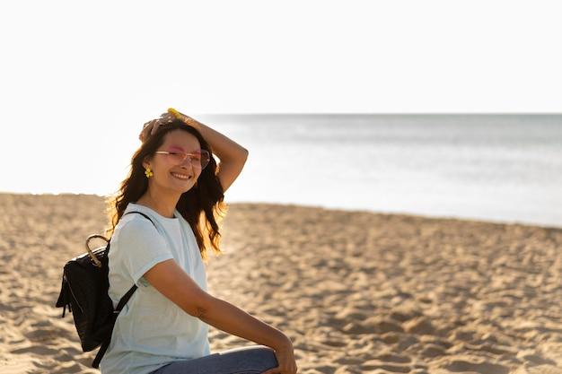 ビーチでスマイリー女性の側面図