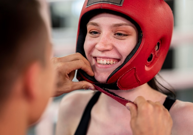 トレーニングの準備をしている女性のボクサー