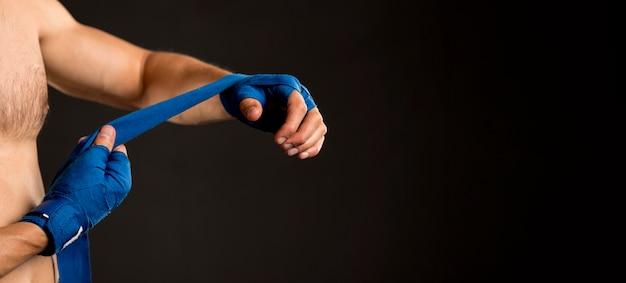 ボクシングの準備の男の側面図