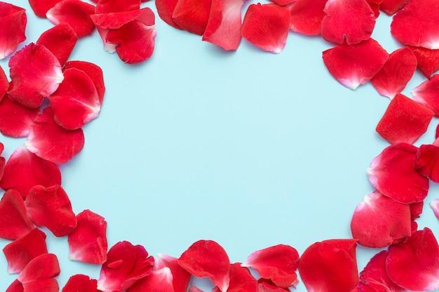 Рамка с лепестками роз