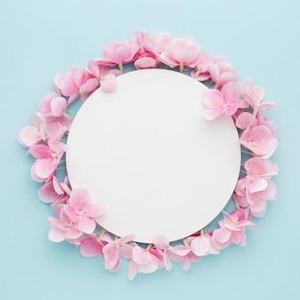 空白のサークルとフラット横たわっていたピンクのアジサイの花