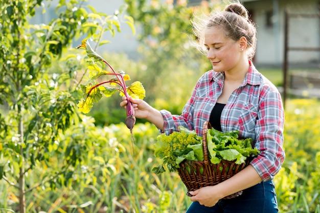 野菜を拾う女性の側面図
