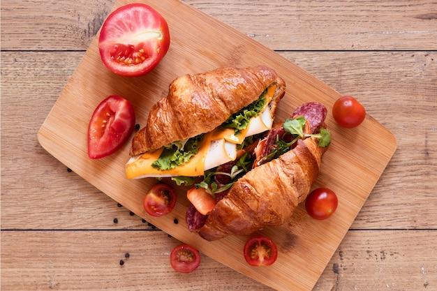 木製の背景に新鮮なサンドイッチの配置