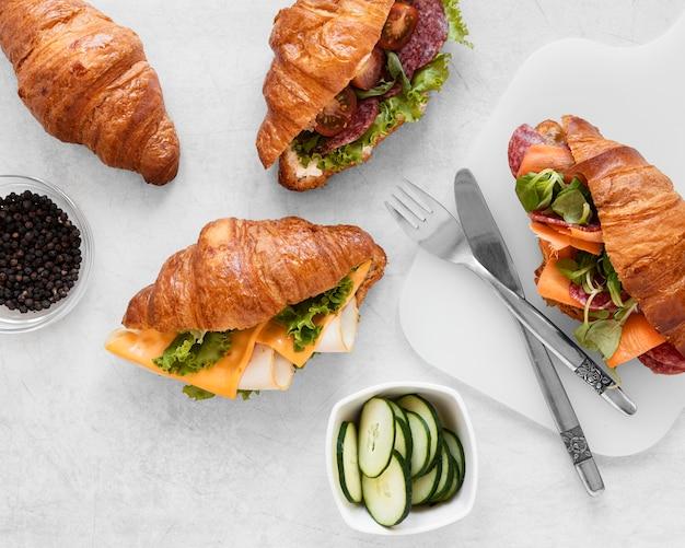 Вид сверху ассортимент вкусных бутербродов еды