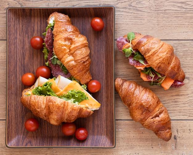 Плоский ассортимент вкусных бутербродов еды