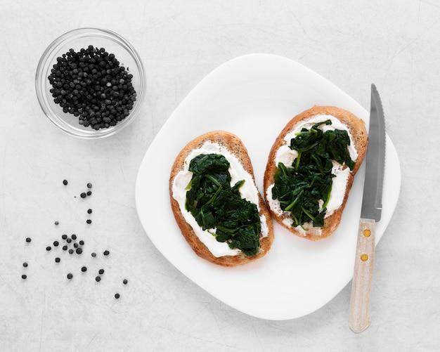 Ассортимент вкусных бутербродов на белой тарелке