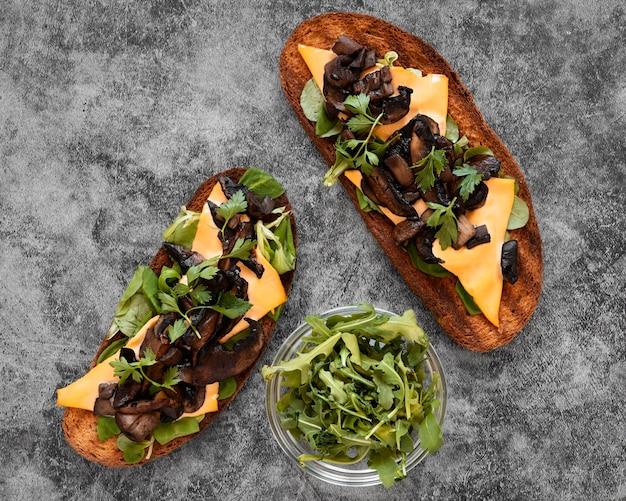 Плоская композиция из вкусных бутербродов с едой