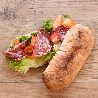 Вид сверху ассортимент вкусных бутербродов