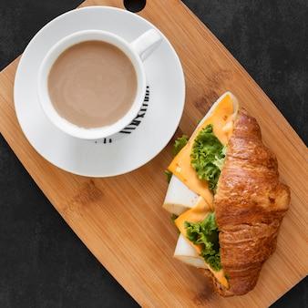 Вид сверху вкусной бутербродной композиции