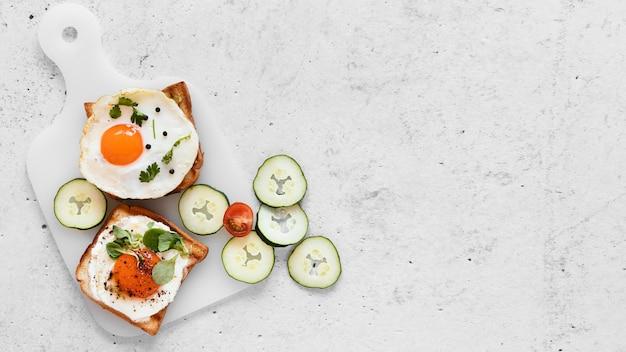 Вид сверху свежие бутерброды с копией пространства