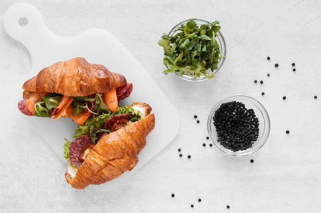 Свежая композиция бутерброды на белом фоне
