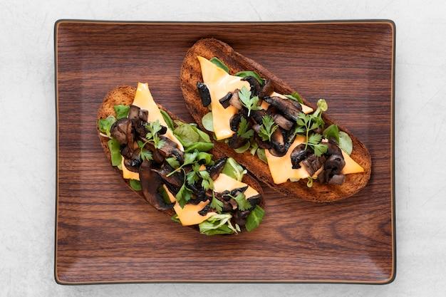 木の板においしいサンドイッチの配置