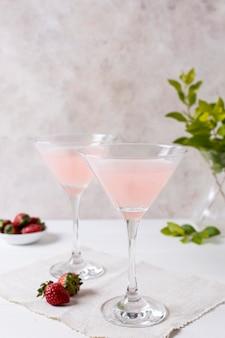 テーブルの上のさわやかなアルコール飲料