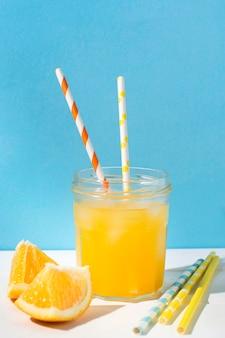 出される準備ができているさわやかなオレンジジュース