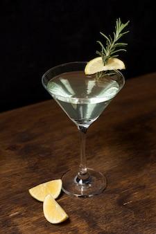 Вкусный коктейль с розмарином и лимоном