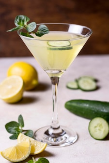 Освежающий коктейльный бокал готов к употреблению