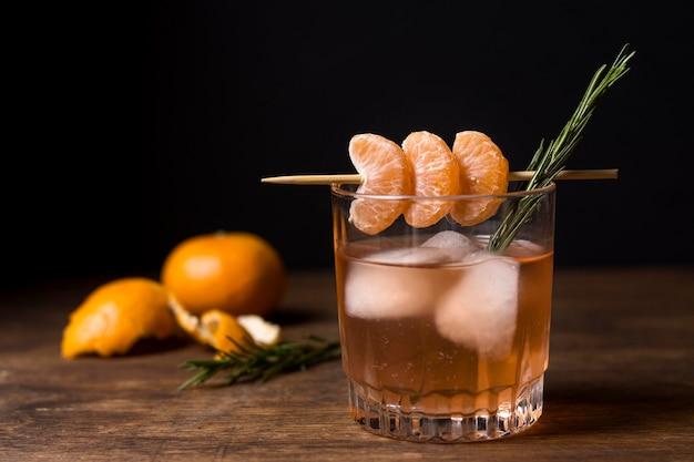 Ледяной алкогольный напиток готов к употреблению