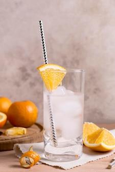 Крупным планом ледяной напиток с соломой и льдом