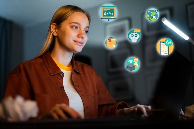Молодая женщина учится на своем ноутбуке