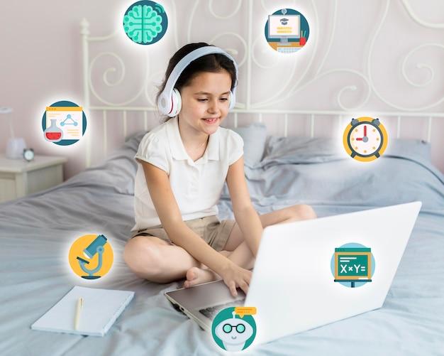 Молодая девушка учится на своем ноутбуке