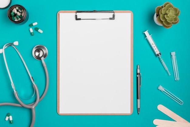 聴診器と薬のトップビュークリップボード