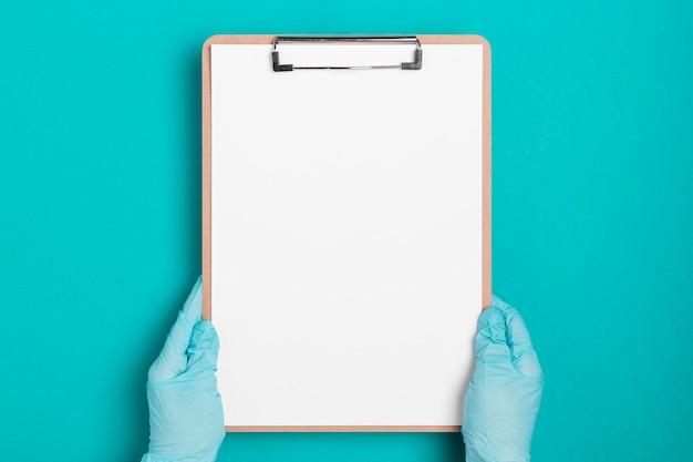 Вид сверху медицинский буфер обмена с бумагой