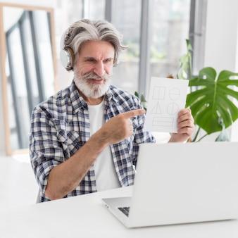 ノートパソコンで幾何学図形を示す先生
